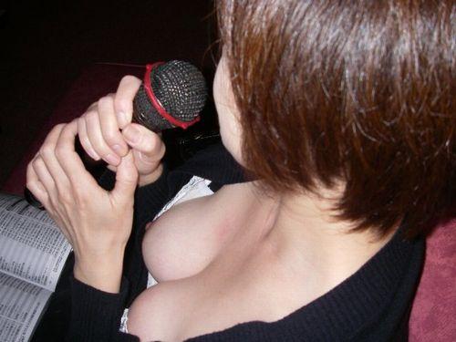 人妻の胸チラ